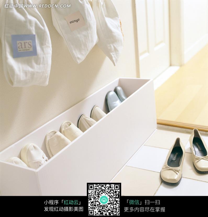 白色收纳箱里的许多鞋子和地板上的女式单鞋设计图片