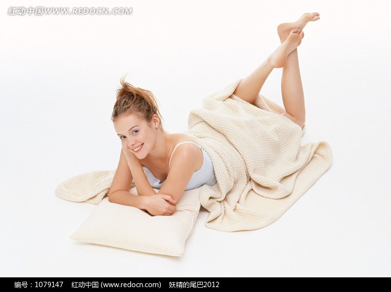 趴在地上盖着被子的外国女人图片编号:1079147