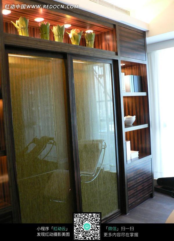 梁山关闭的米黄色玻璃柜门设计图片