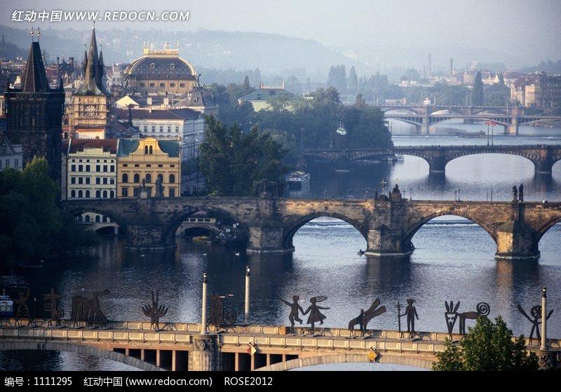 欧洲城市河流上的古老桥梁 [图片.]