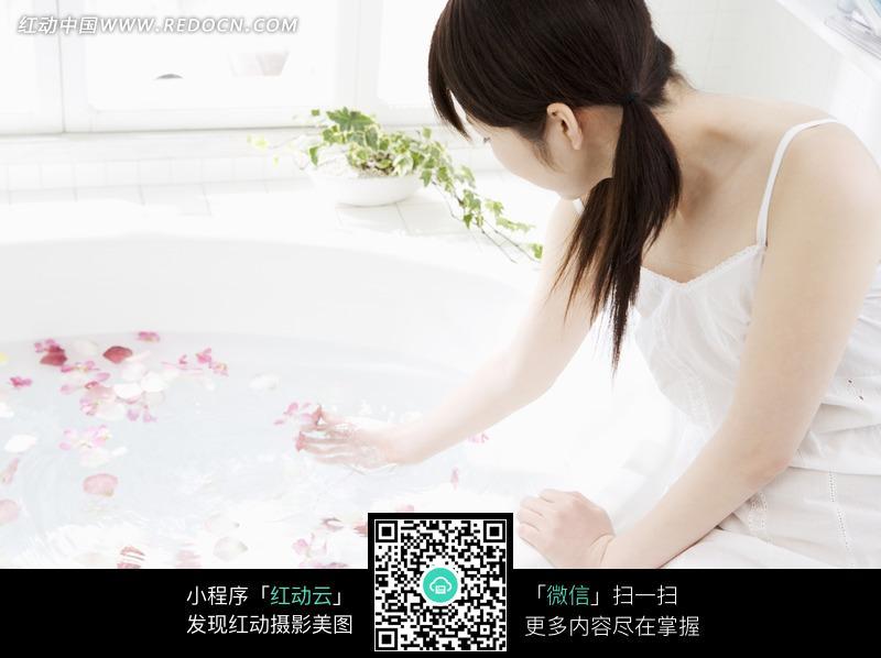 正在试水温的美女图片编号:1113797 女性女
