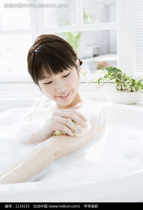 洗澡的美女图片编号:1114233