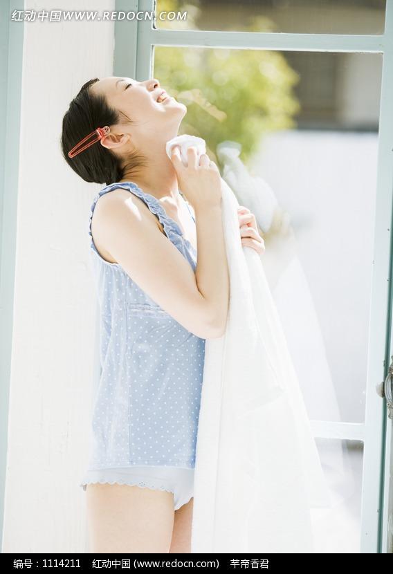 拿着毛巾擦脖子的美女图片编号:1114211 女