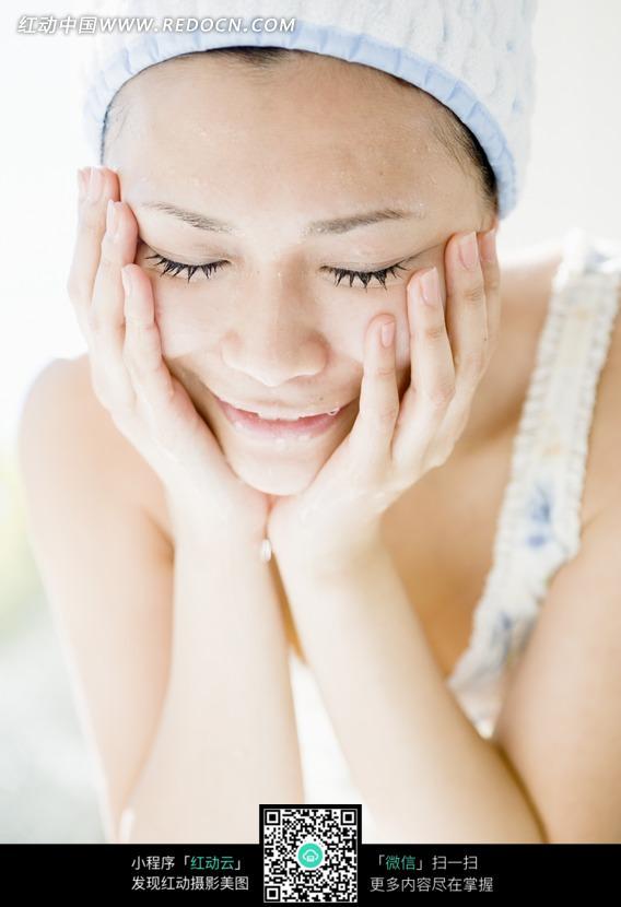 洗脸的美女图片编号:1114201