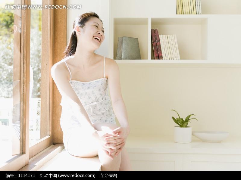 坐在窗边大笑的女人图片 人物图片素材|图片库