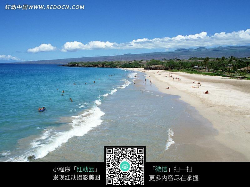关键词:海边蓝色海水沙滩游客外国人图片