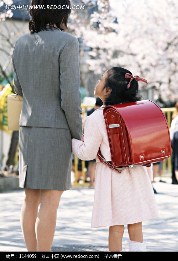 妈妈和背书包的小女孩图片-生活用品|日常生活图片