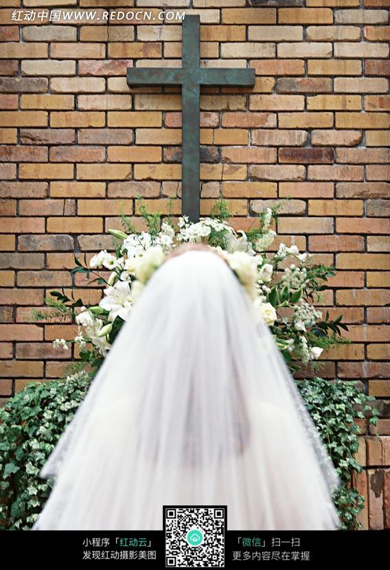 教堂十字架下穿婚纱的女人背影图片编号:114