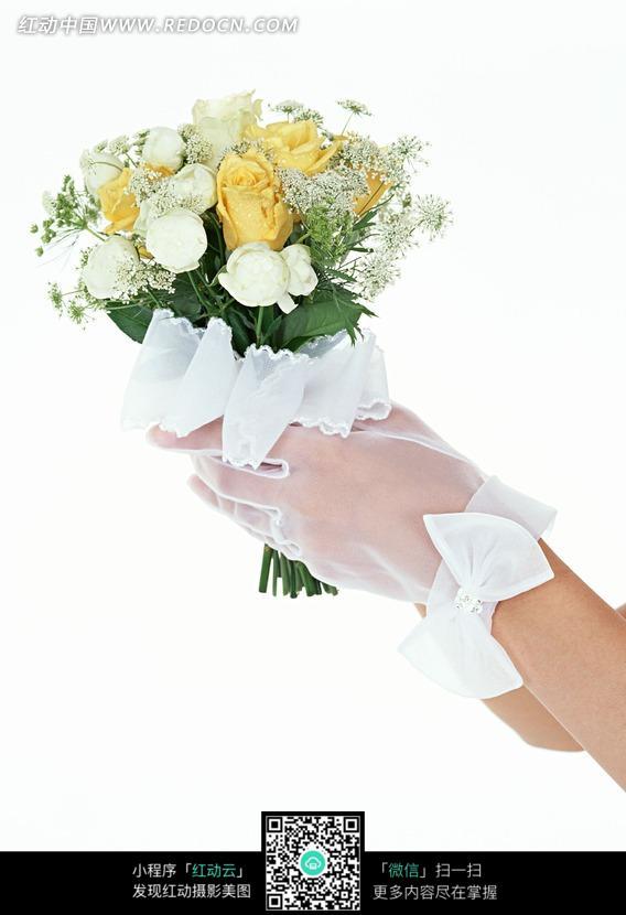 捧着一束鲜花的新娘的手   [