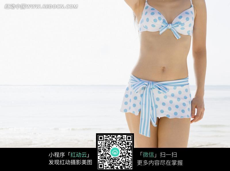 沙滩边穿白蓝色比基尼的美女图片 人物图片素