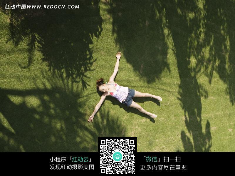 伸展双手躺在草地上的女生图片编号:1150375