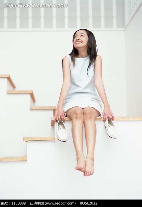 坐在楼梯上的女孩_7月人像调色25坐在旧楼梯上的女孩数码暗房