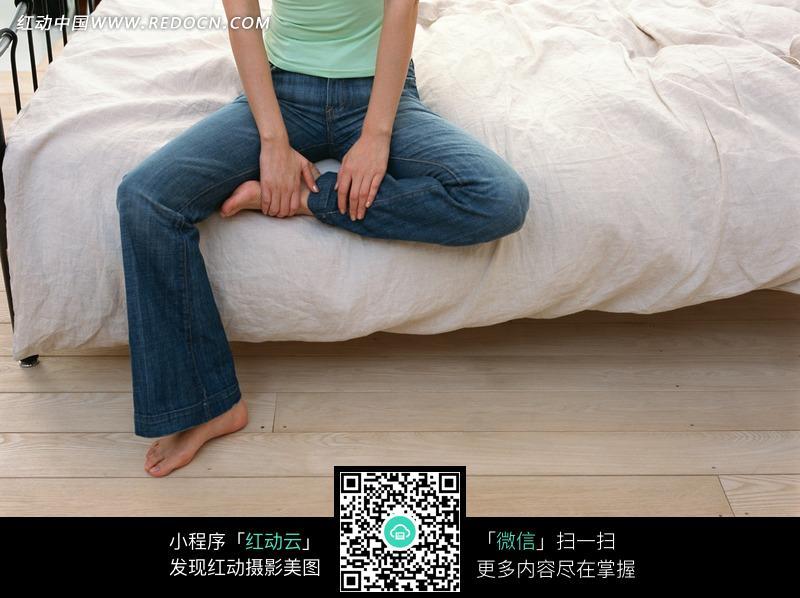 左腿盘起坐在床边的美女的腿部特写图片 人物