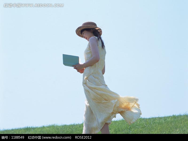 边走路边看书的女孩图片编号:1188549