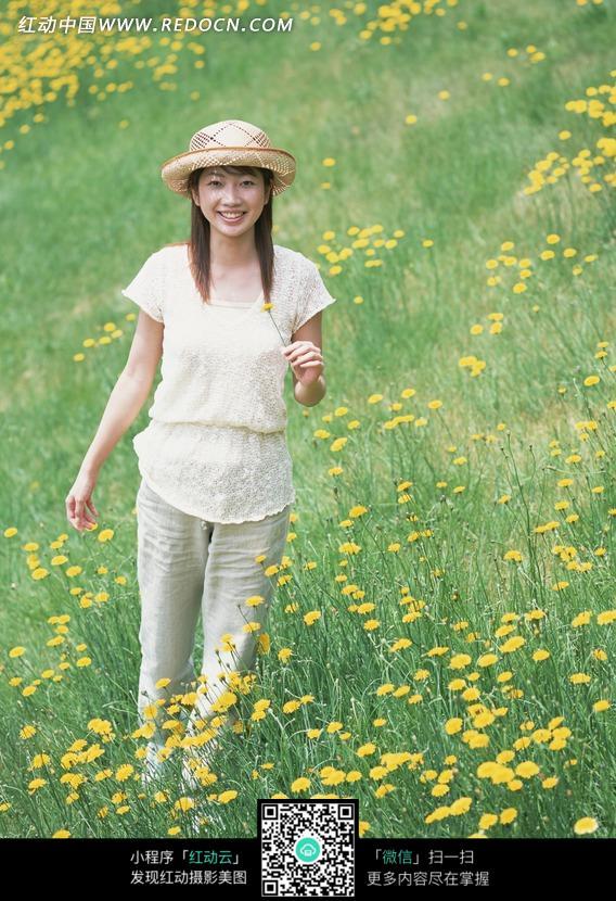 拿着黄色菊花微笑的美女设计图片