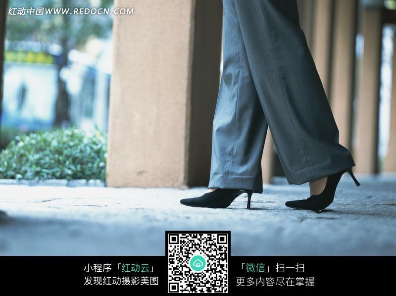 穿高跟鞋的职业装女性的脚部特写图片编号:1