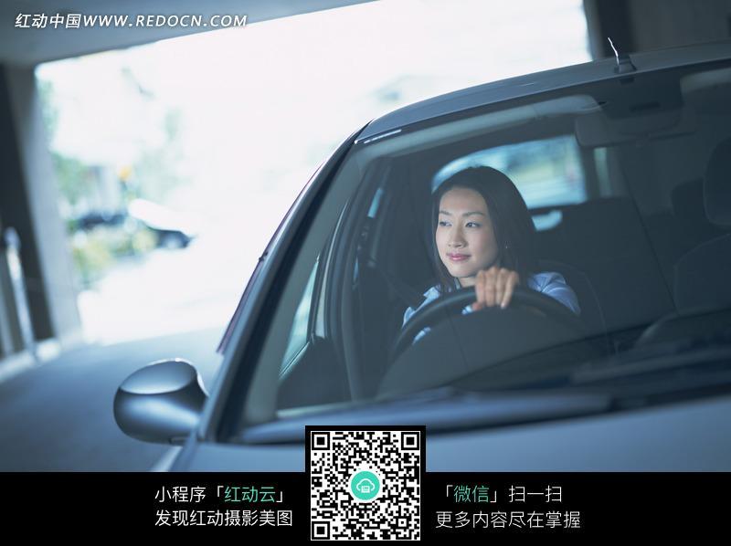开车的美女正面摄影图片设计图片