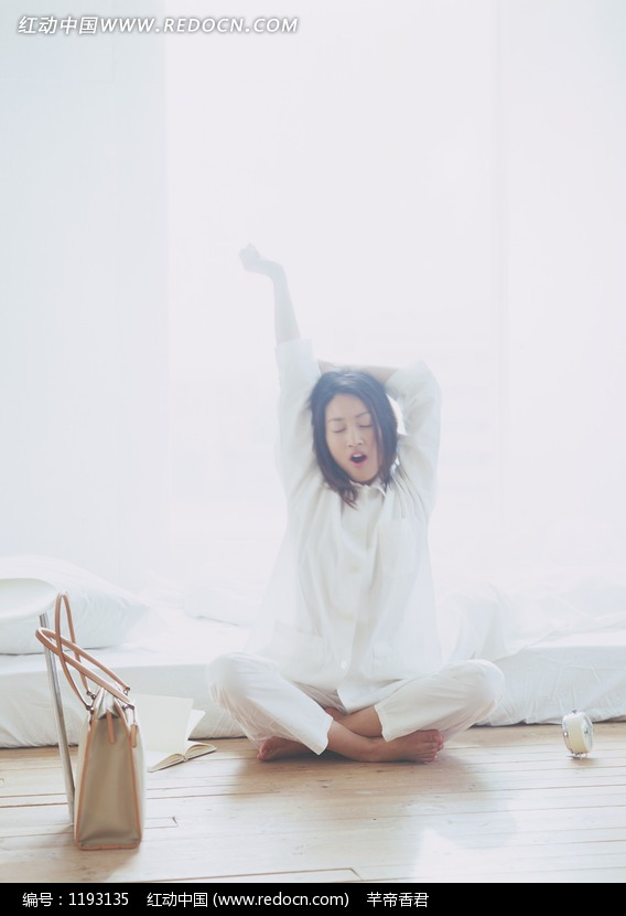 早上起床时伸懒腰的美女图片编号:1193135 竖
