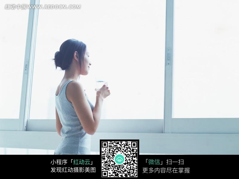 窗前喝水的美女图片编号:1193109