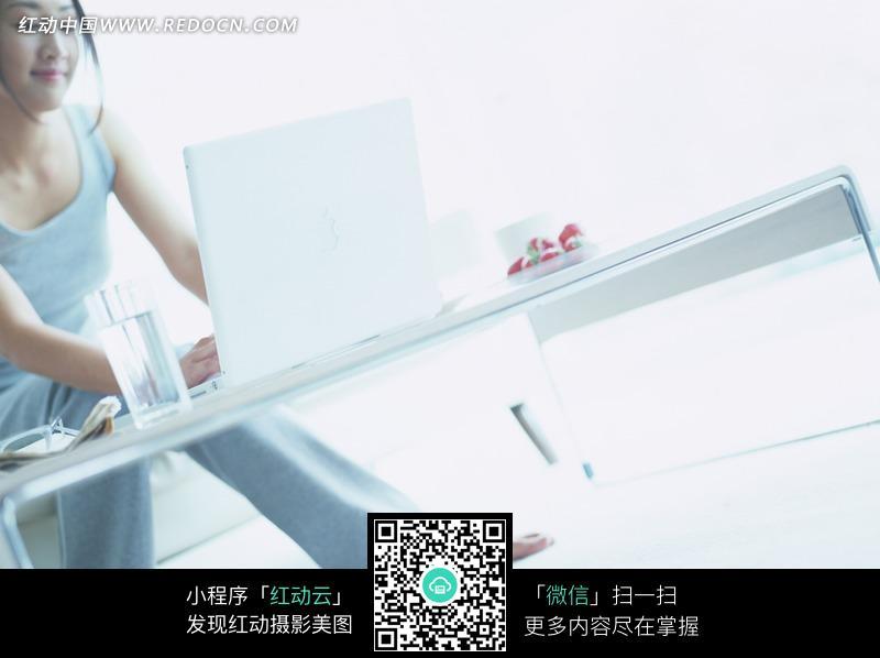 赤脚坐着玩电脑的美女图片编号:1193263 日
