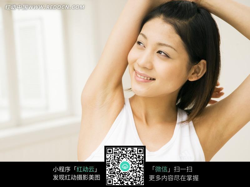 微笑伸展手臂的美女图片编号:1197461