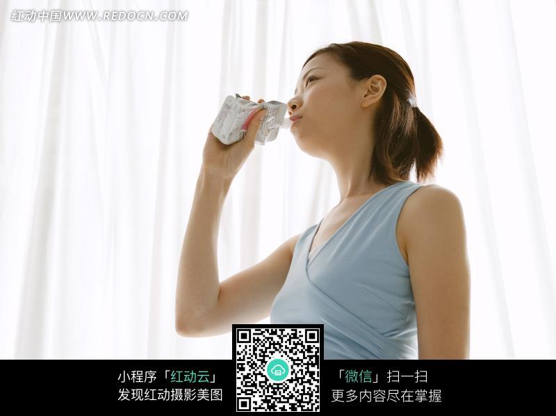 关键词:喝牛奶蓝色衣服美女女人