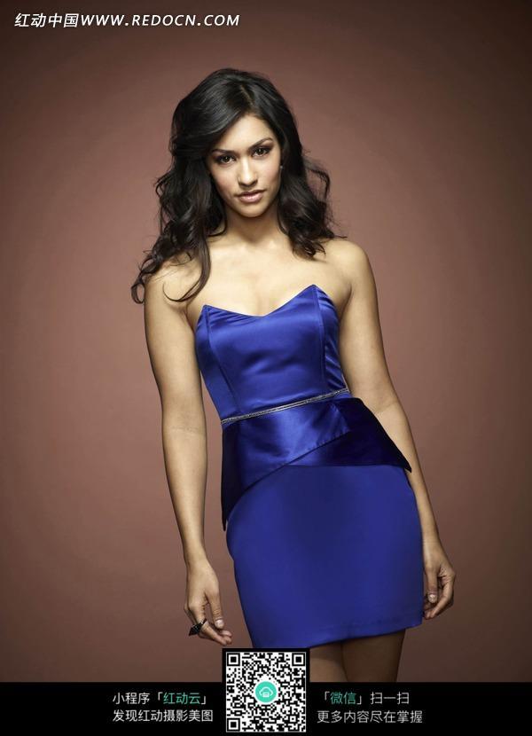 穿蓝色超短裙的外国美女