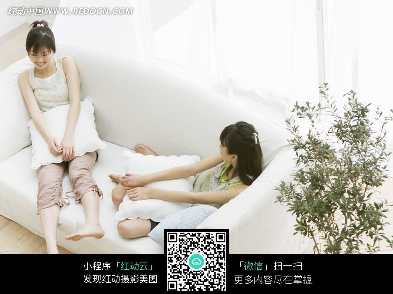 坐在沙发上的两个美女设计图片
