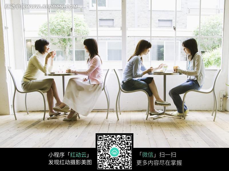 面对面坐在一起喝茶的女人设计图片