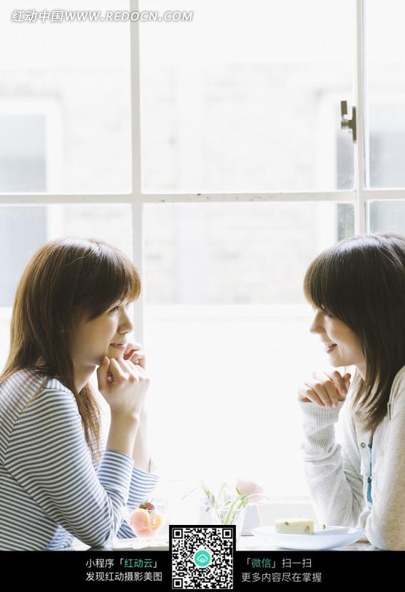 面对面坐着的两个美女图片 人物图片素材|图片库