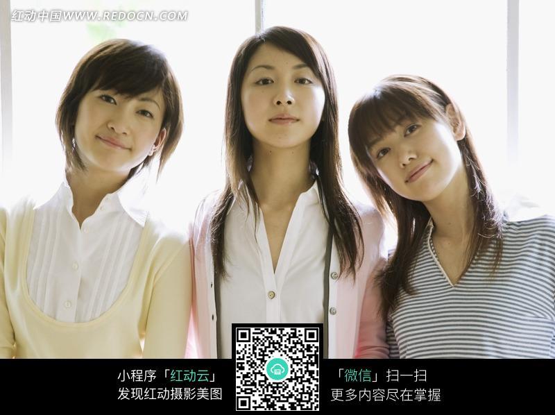 三个靠在一起的美女图片图片编号:1209511
