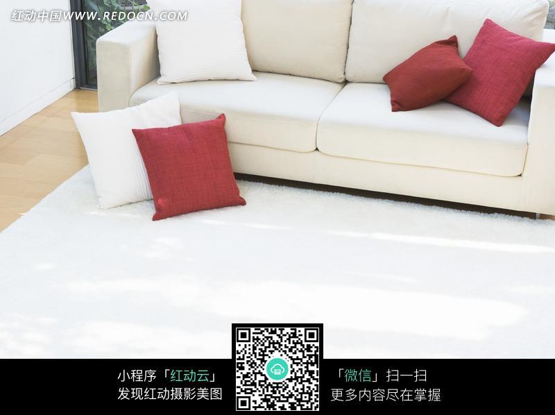 客厅白色沙发和枕头