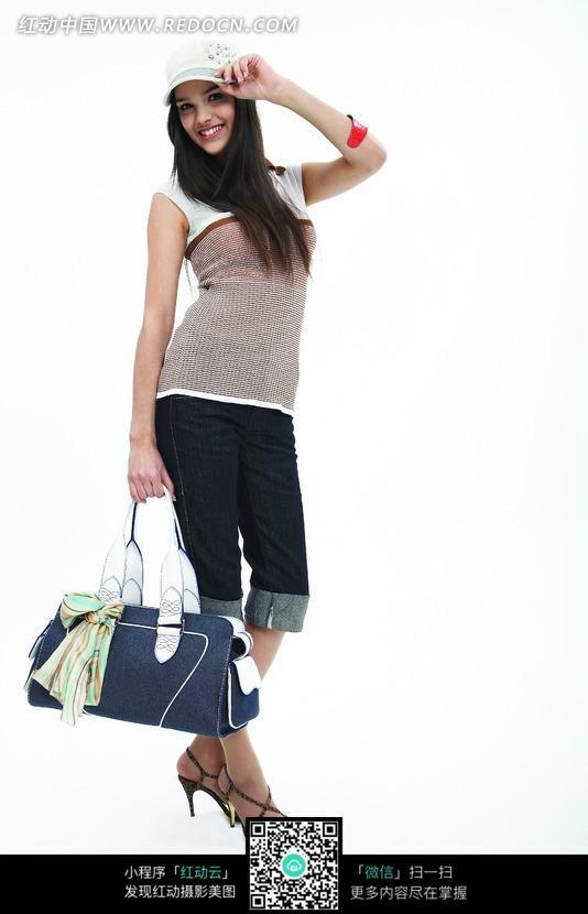 提走手提包的外国女人设计图片