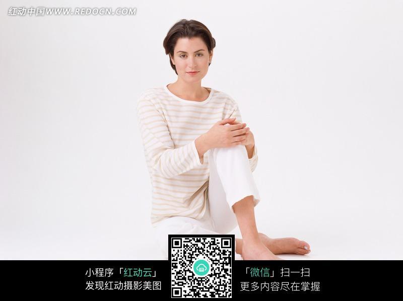 坐着抱腿的短发美女图片 人物图片素材|图片库|图库