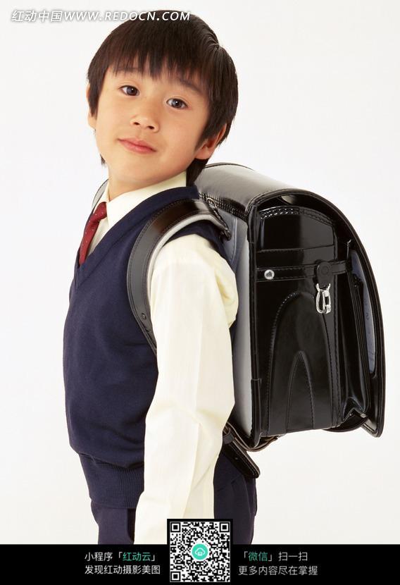 穿着校服背着书包的小男孩素材图片(编号:1324725)