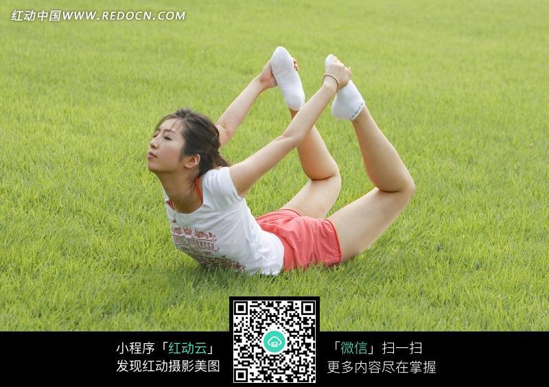 草地上练瑜伽的美女图片 人物图片素材|图片库|图库