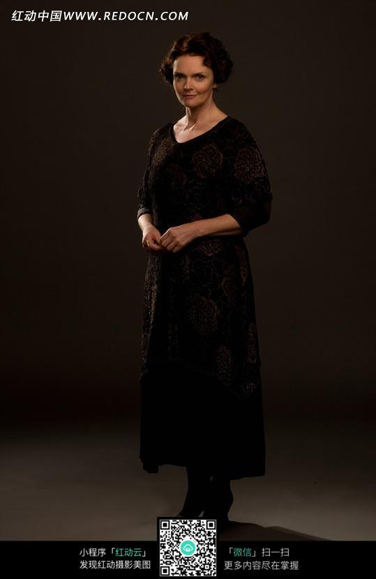 穿黑色连衣裙的外国中年美女图片编号:13380
