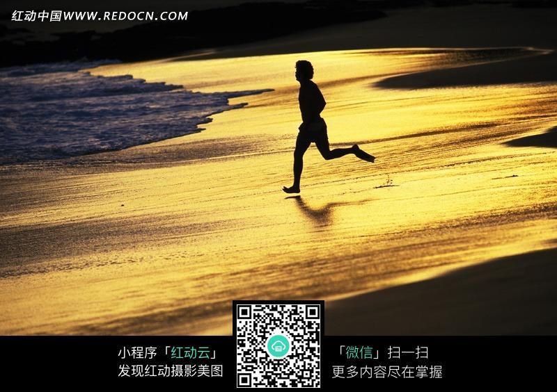 男生走在沙滩图片