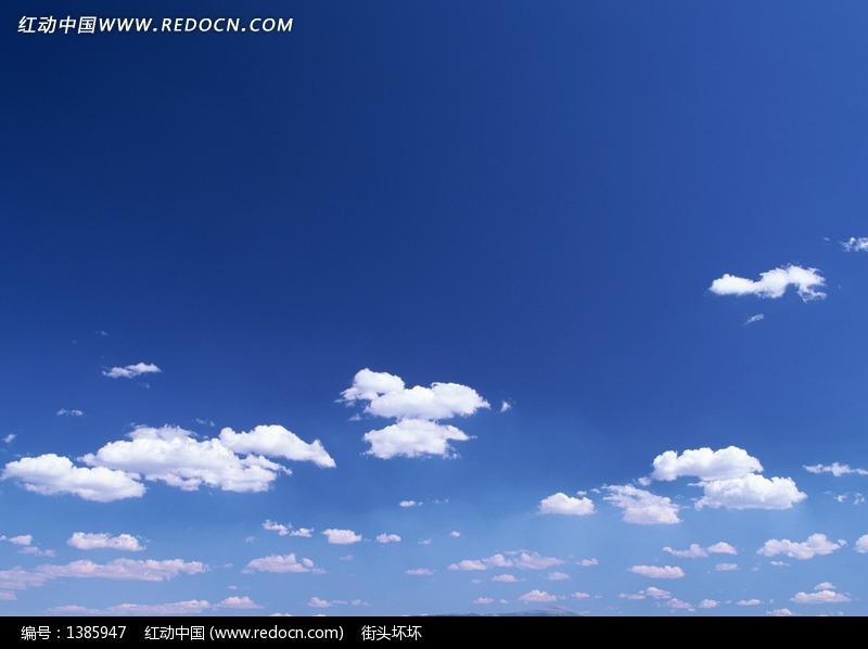 晴朗的天空下的白云图片