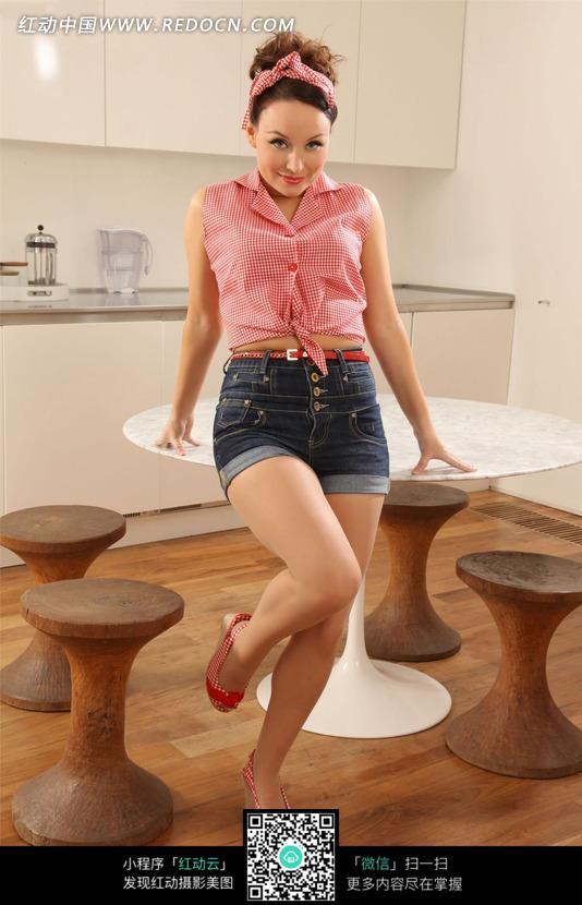 坐在餐桌上的外国美女图片编号:1373897