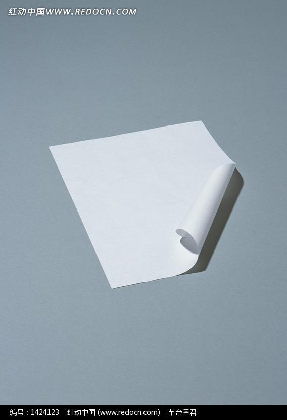 青色背景下卷起一角的纸张