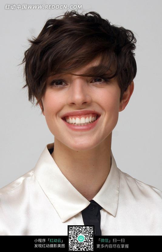 微笑的外国短发美女图片编号:1524124