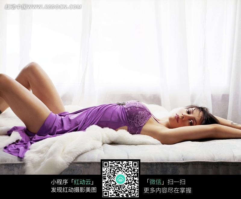 躺在床上的外国美女设计图片