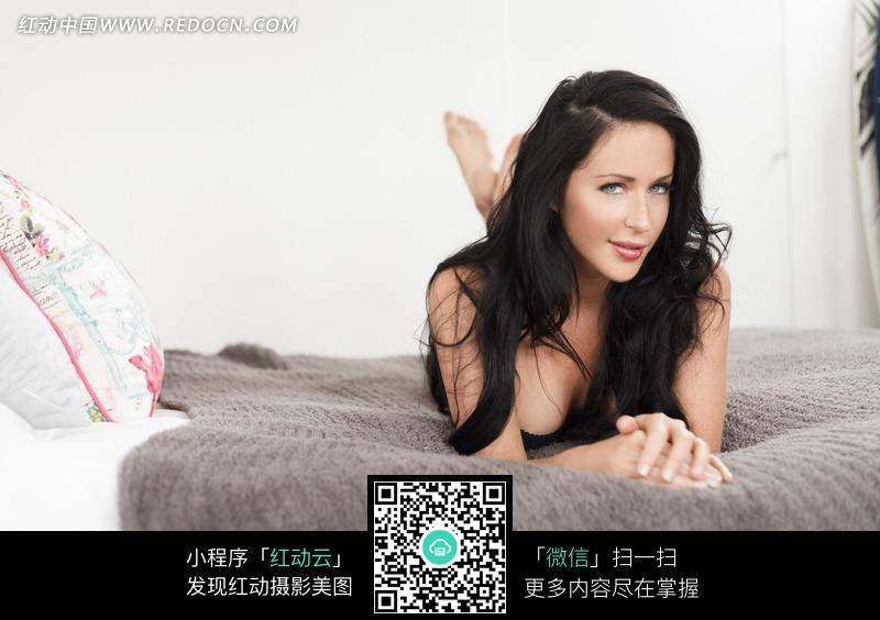 趴在床上抛媚眼的外国美女图片编号:1549130