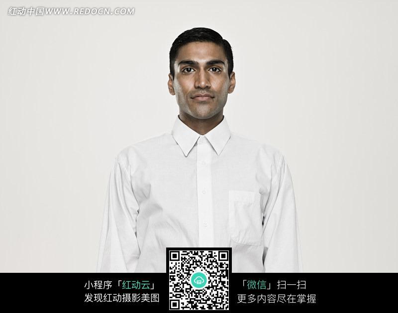 穿白衬衣的外国男士的正面特写设计图片