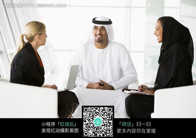 坐着交谈的两个女人和一个男人图片编号:1588443