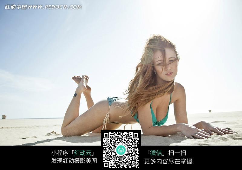 跪趴在海滩上的外国泳衣美女设计图片
