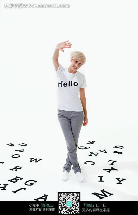 英文字母堆中伸手打招呼的外国美女图片 人物