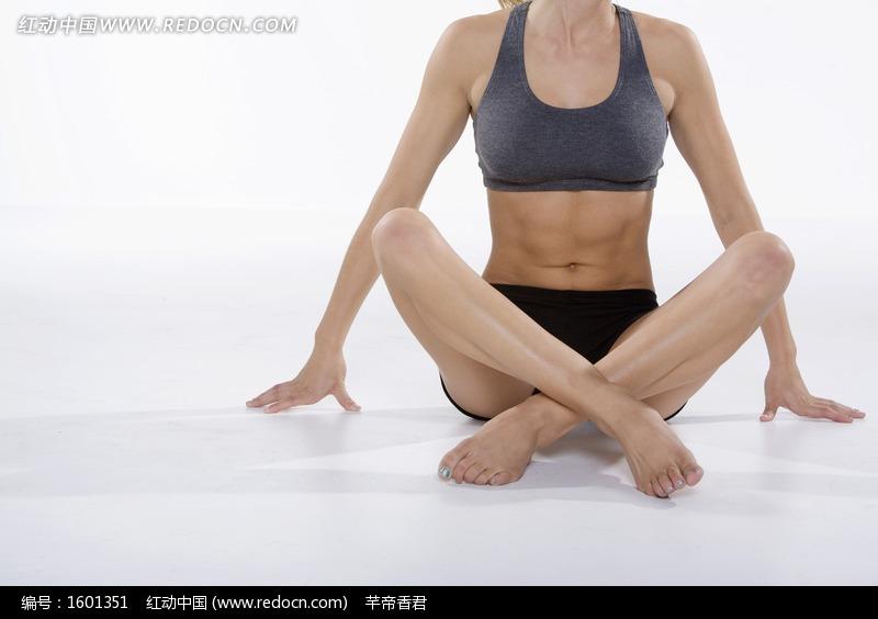 双腿交叉坐在地上的运动装女人图片编号:1601351