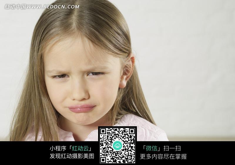 撇嘴哭泣的外国小女孩设计图片